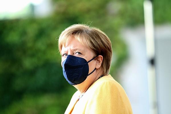 Merkel biztatja a nőket, hogy vállalják a politikai pálya kihívásait
