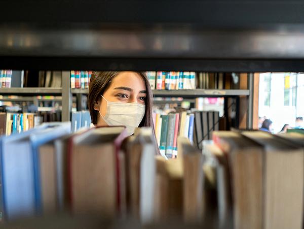 Egyre több helyen kötelező a maszk Magyarországon - a kormány még nem lépett