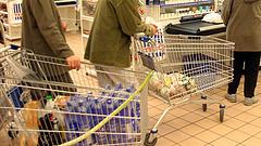 Nagy változás a Tesco és az Auchan pénztáraknál - a nyugdíjasok is rákapnak