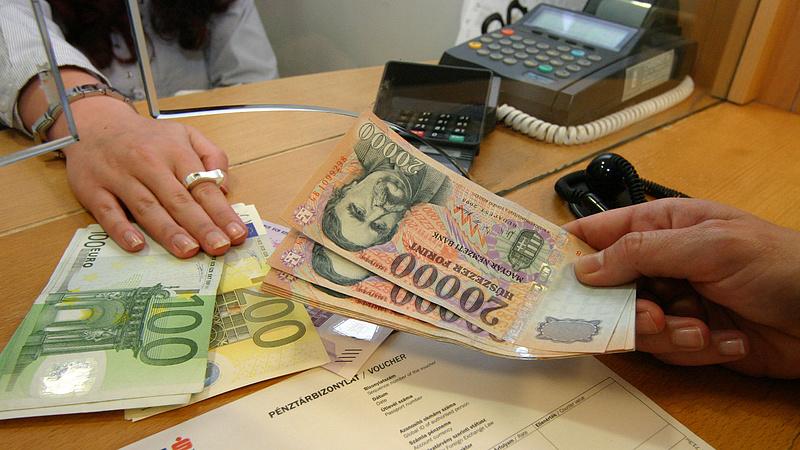 323 forint alatt jegyzik az eurót