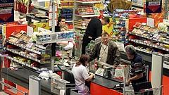 Ünnepek: sok nyugdíjas nem vásárolni jár a Tescóhoz és társaihoz