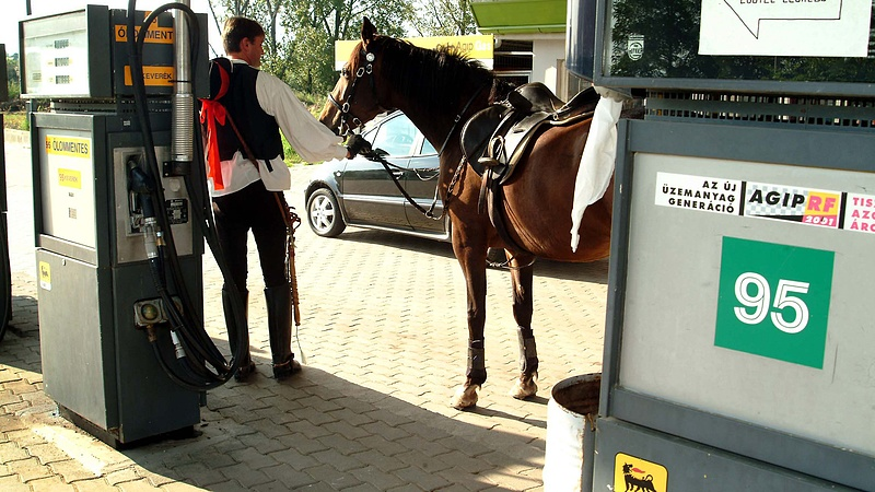 Ide jutott a forint: olcsó olajnál is drága a benzin