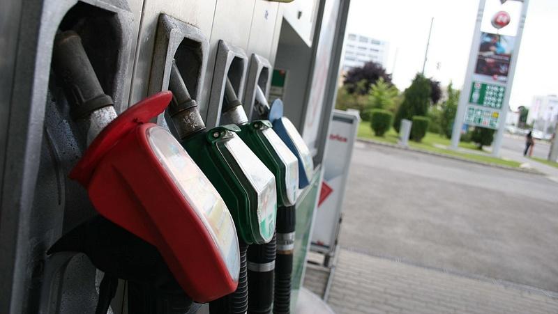 Még olcsóbb lesz az üzemanyag szerdától