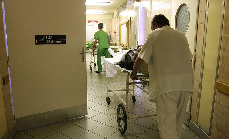 Itt a rendelet: elbocsátják az egészségügyi dolgozót, ha nem oltatja be magát