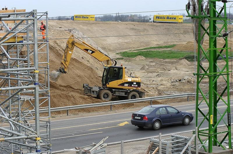 Folytatódik az M44-es építése
