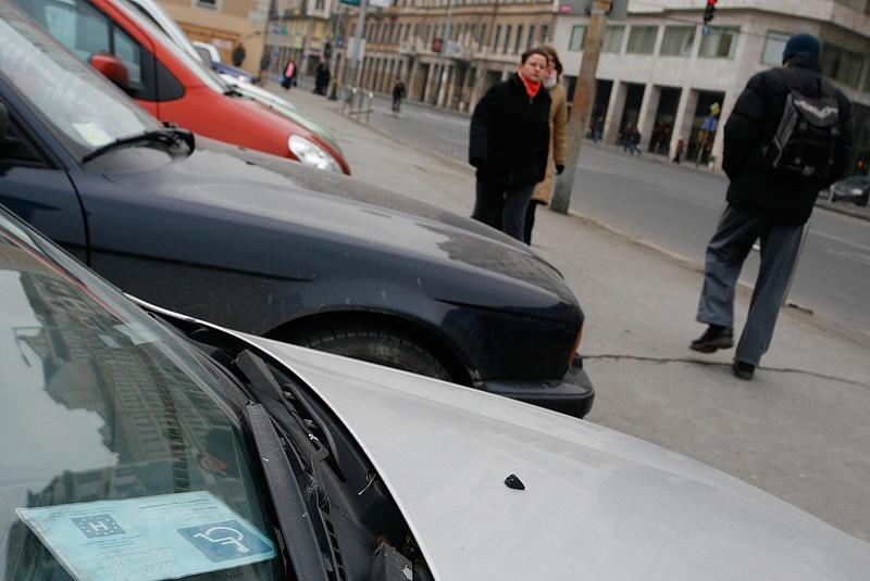 Fontos könnyítés jön a rokkantkártyás parkolásnál