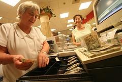 Nyugdíjasok ezrei már nem vásárolni járnak a Tescóhoz és társaihoz?
