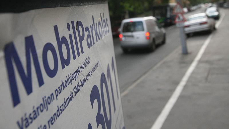 Ezúttal a parkolás mobilfzetéséről csatázhat Budapest és a kormány