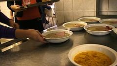 Már folyik a hatósági vizsgálat a tömeges ételmérgezés ügyében - Rendkívüli futár vitte az ételmintát