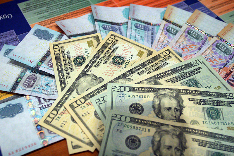 Erősödött a forint a dollárhoz képest