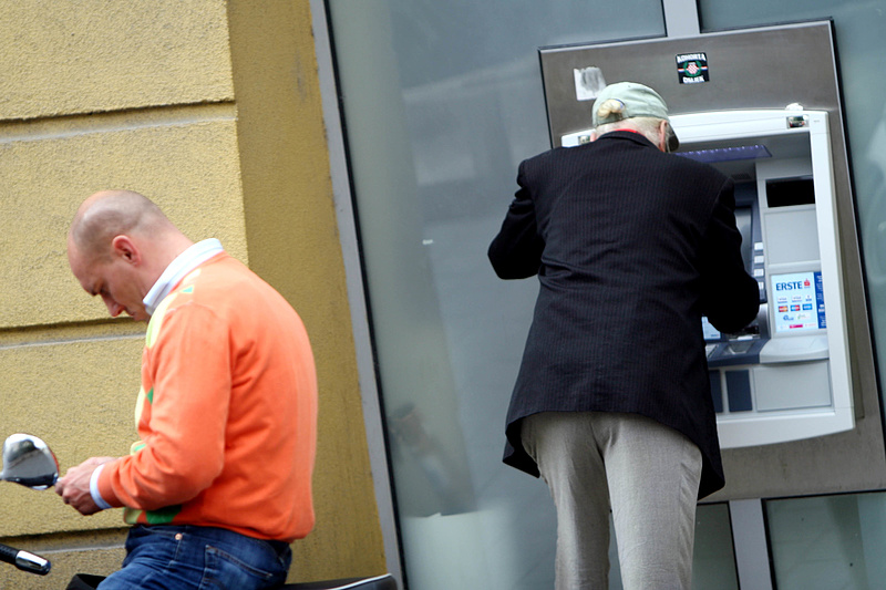 A nyugdíjasoknak kedveskedik a kormány - mindent bevetnek