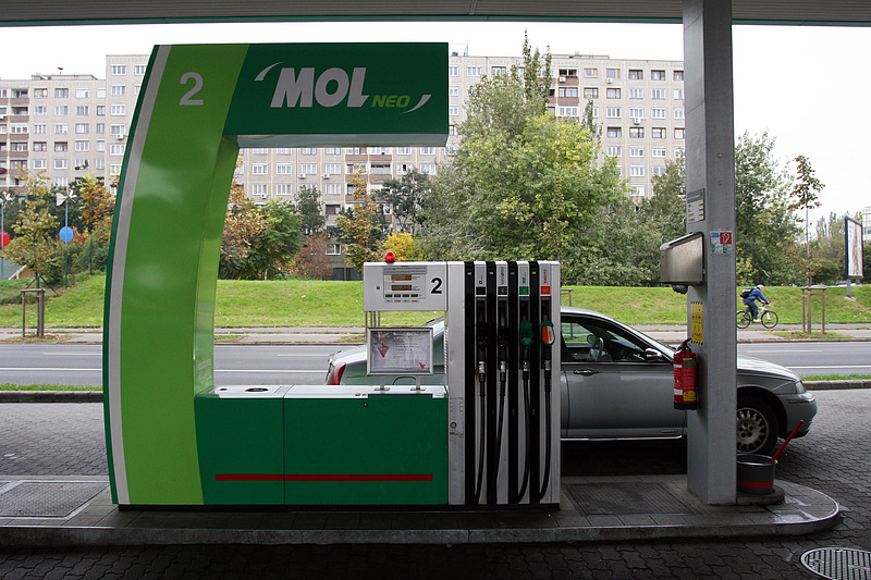 Hétfőn újra csökkenhet a benzinár