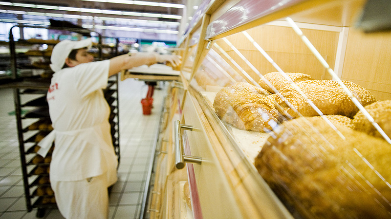 Bért emel az Auchan: 400-500 ezret keres a pék és a kiszállító