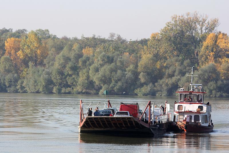 Épül a komp Neszmély és Dunaradvány között