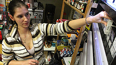 Kiderült: ennyit keresnek a bolti eladók