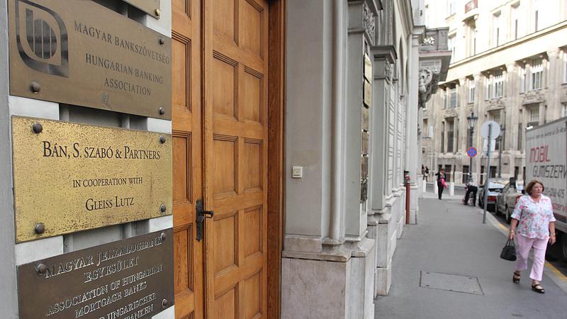 Bankszövetség: mától nem szedik be a törlesztőrészletet a bankok